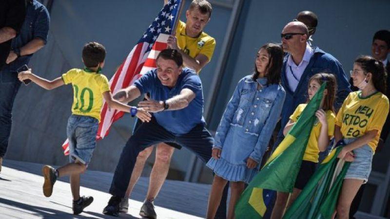 Bolsonaro abraça criança