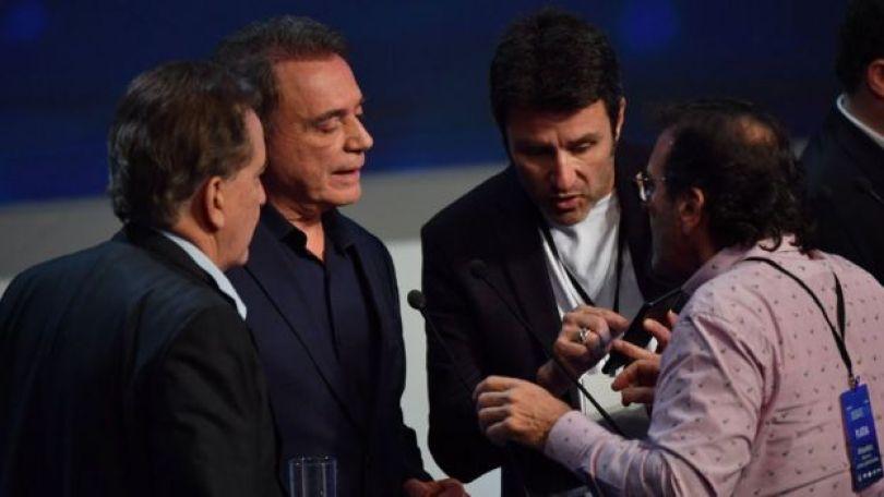 Álvaro Dias com assessores em intervalo