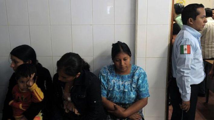 Mujeres en una estación migratoria