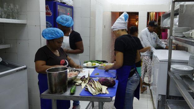 Cocineras de Interno en la cocina.