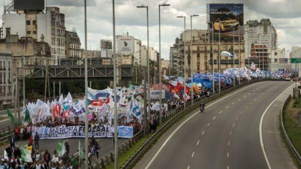 Millones de Argentina han realizado multitudinarias protestas en contra de Macri durante el llamado