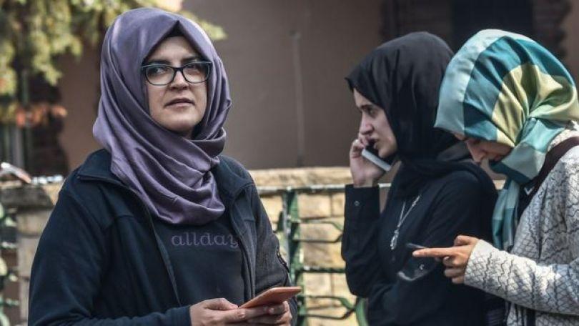 A noiva de Jamal Khashoggi, Hatice, esperando em frente ao consulado saudita em Istambul, em 3 de outubro de 2018