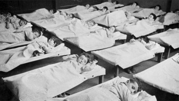 Дети в депортационном центре Амстердама в 1942 году