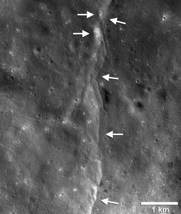Setas apontando falhas na superfície da Lua