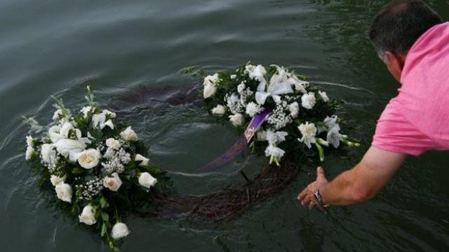 Homem homenageia vítimas que morreram no Rio Grande