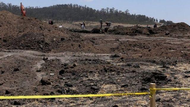 Les équipes des enquêteurs sur le site du crash, toujours à la recherche d'indices.