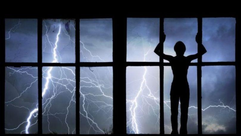 Persona mirando rayos desde adentro