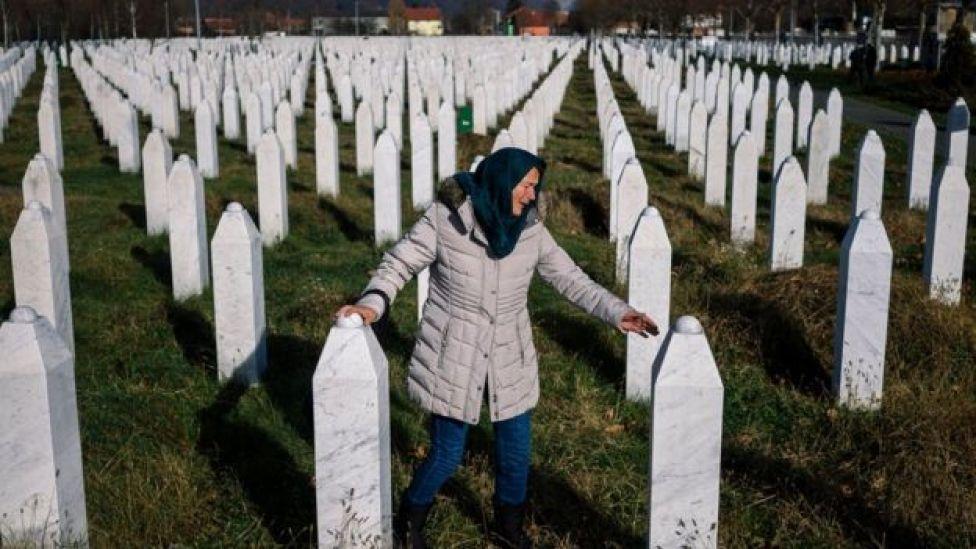 Mujer en cementerio en Bosnia