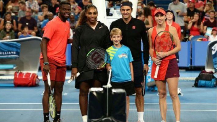 Frances Tiafoe y Serena Williams posan junto Roger Federer y Belinda Bencic.