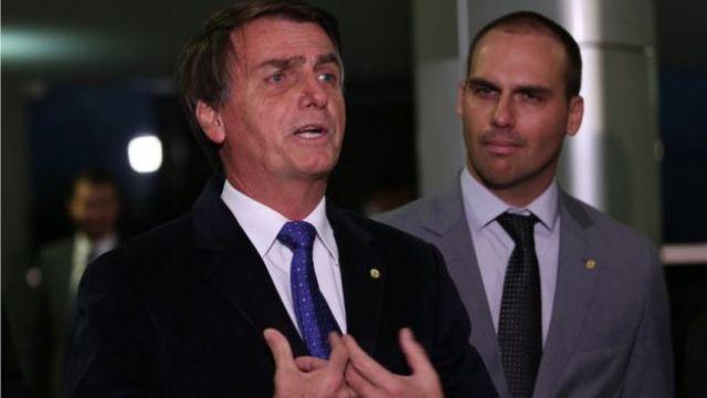 Os deputados Jair Bolsonaro e Eduardo Bolsonaro falam com a imprensa em 2016