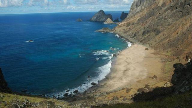 Praia do Príncipe, na ilha de Trindade, contém pouca vegetação