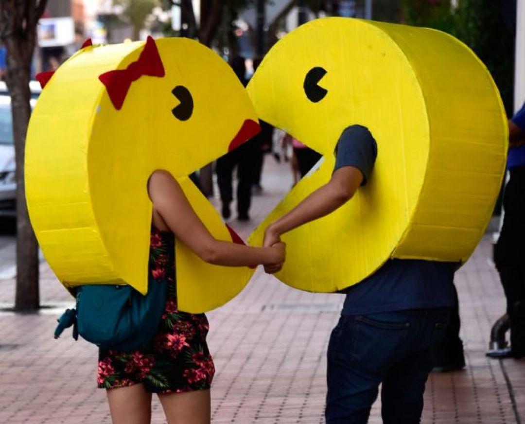 un hombre y una mujer disfrazados de Pac Man