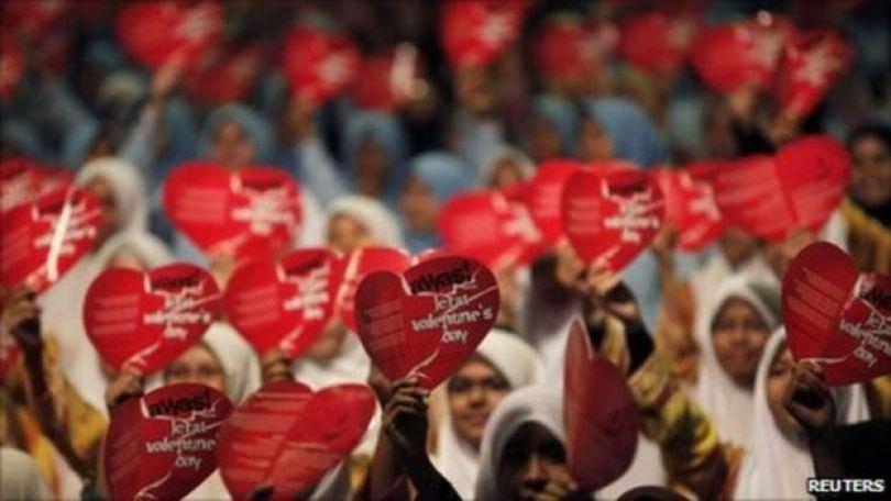 Jovens seguram corações partidos
