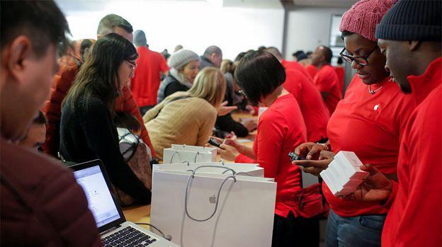 Funcionarios de uma loja da Apple em Nova York trabalhando durante a Black Friday