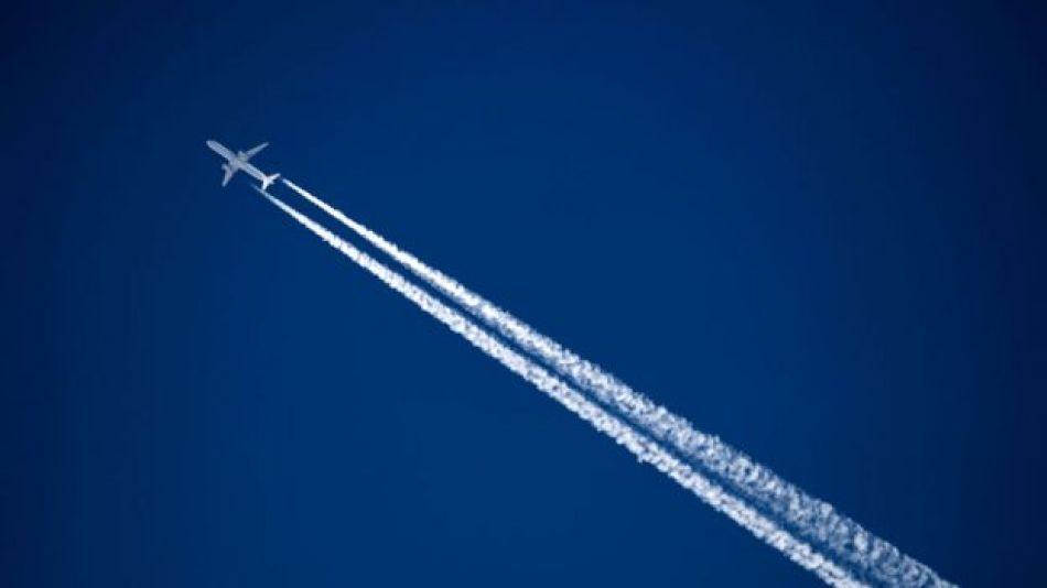 Avión que deja estela
