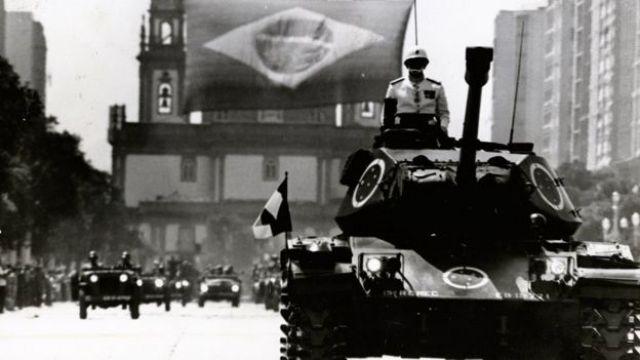 Parada militar celebrando a independência do Brasil em frente à Candelária, no Rio de Janeiro, em 7 de setembro de 1972