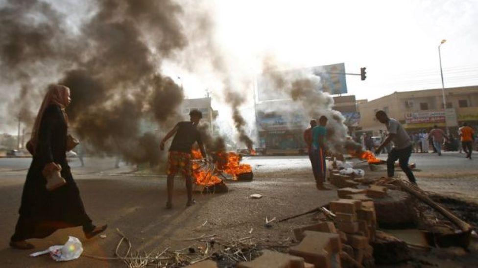 محتجون يشعلون النيران في إطارات السيارات