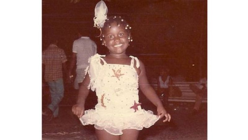 Sabrina vestida de baianinha quando criança