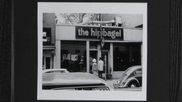 """مطعم """"ذا هيب بيغل"""" في نيويورك في صورة قديمة"""