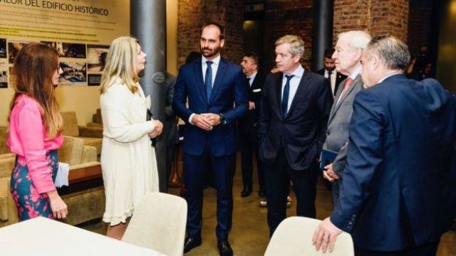 A presidente da Comissão de Relações Exteriores da Câmara de Deputados da Argentina, Cornelia Schmidt-Liermann (de branco), em encontro com o deputado brasileiro Eduardo Bolsonaro, com outras pessoas ao redor.
