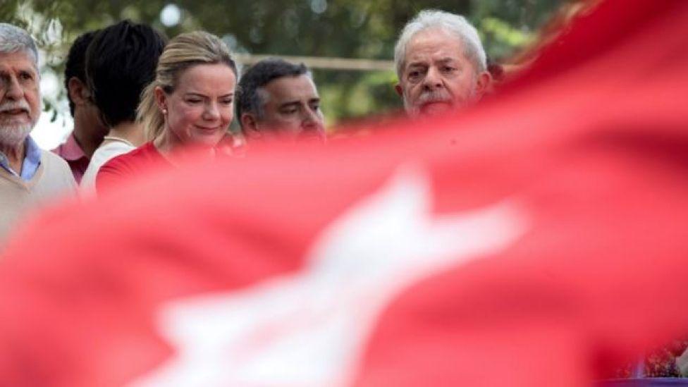 Lula ao lado de correligionários