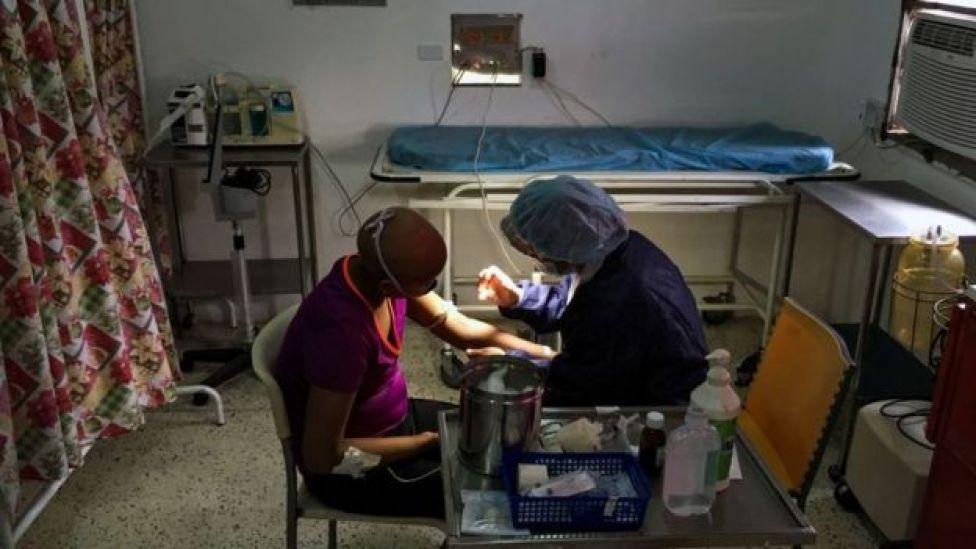 Personal médico atendiendo a una menor