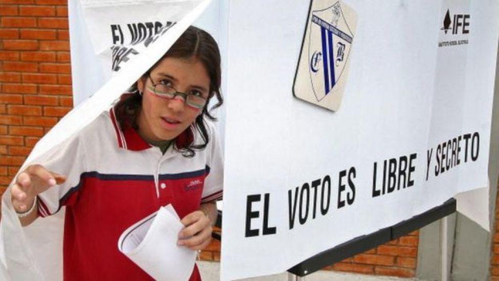 joven votando