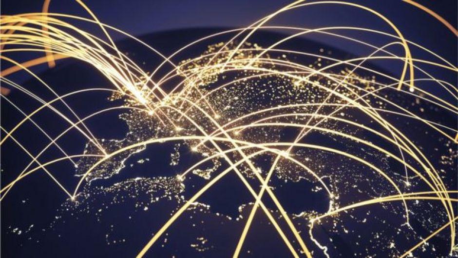 Mapa del mundo con conexiones entre sí.