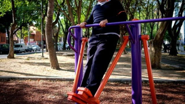 Uma criança acima do peso em um parque da Cidade do México