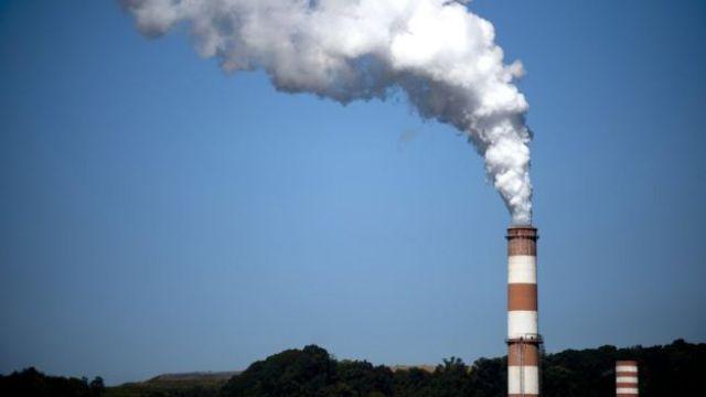 Una columna de humo sale de una chimenea de una planta de energía que funciona con carbón en Pennsylvania.