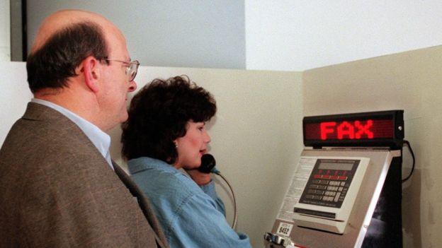 يصطف الناس لاستخدام جهاز فاكس في مطار دنفر الدولي في عام 2000