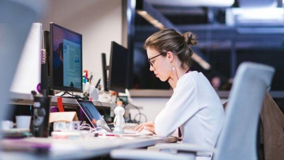 Una joven en un escritorio