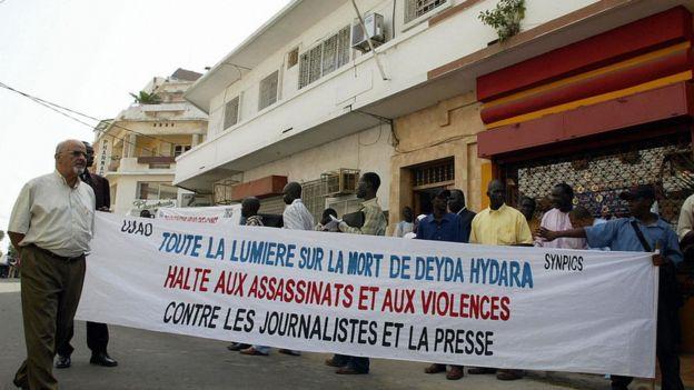 Une manifestation de journalistes contre les assassinats en Gambie, en décembre 2004 à Dakar, après la mort de Deyda Hyadara