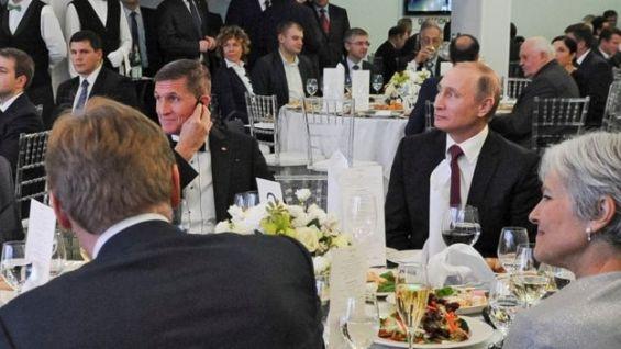 Michael Flynn en una mesa con Vladimir Putin, durante una cena en diciembre de 2015.