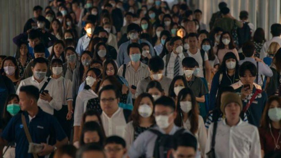 Gente usando mascarillas