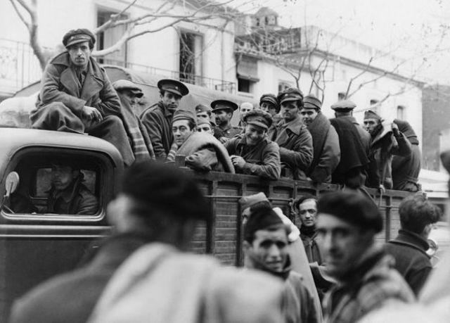 Combatientes leales a Franco en un camión en 1937.