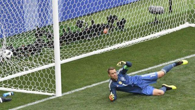 O goleiro alemão Neuer sofrendo o gol da vitória do México na Copa da Rússia