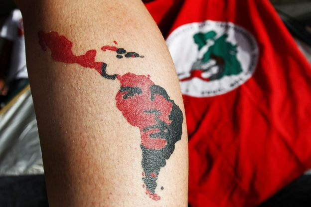Hombre con el mapa de Brasil tatuado en la pierna