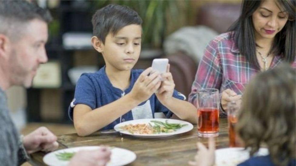 على الأبوين التفاوض مع الأطفال في الوقت الذي يمضونه أمام شاشات الهواتف الذكية والكمبيوتر
