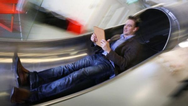 موظف يقرأ من جهازه اللوحي وهو يلهو داخل زلاجة