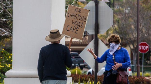 Protesta frente a iglesia en Estados Unidos.
