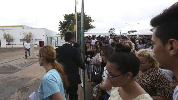 Candidatos aguardam abertura de portões para o Enem