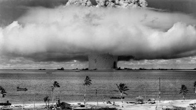 Un hongo de humo en la atmósfera tras una explosión nuclear