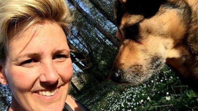 Lina Roth com seu cão