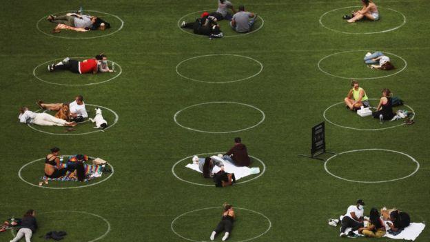 الالتزام بحدود دوائر يشجع على التباعد الاجتماعي في حديقة دومينو بـبروكلين في نيويورك في 18 مايو/أيار 2020