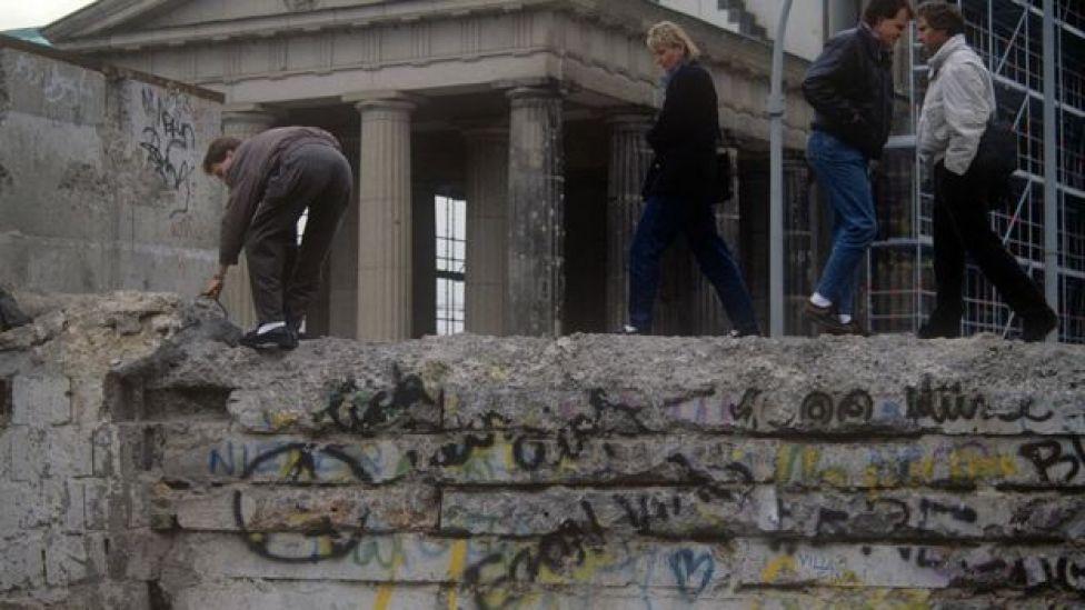 Alemanes cruzando el Muro de Berlín en 1989.