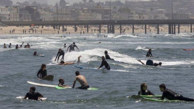 Los surfistas salieron a aprovechar de nuevo las olas en la playa Venice de Los Angeles.
