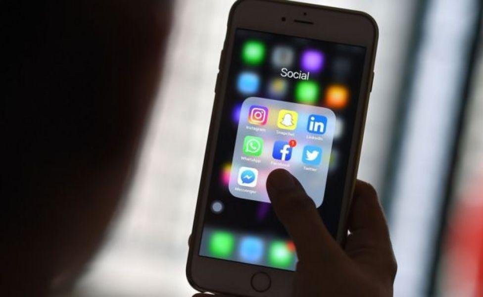Pantalla de un celular con diferentes aplicaciones.