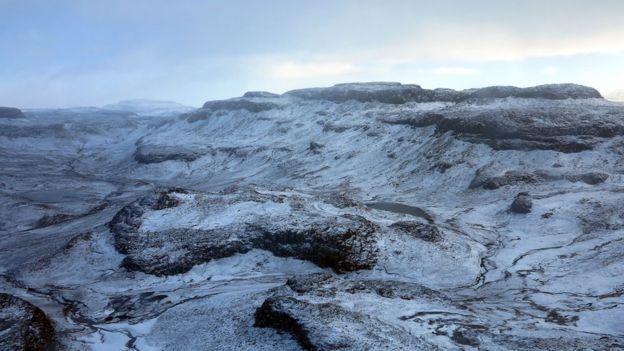 No solo hay desiertos de arena. En el polo sur se pueden encontrar extensas zonas que no reciben precipitaciones por sus bajas temperaturas.