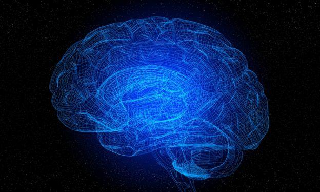 صورة إدراكية للمخ - شبكة من الخطوط الزرقاء لطراز من العقل البشري، على خلفية سوداء